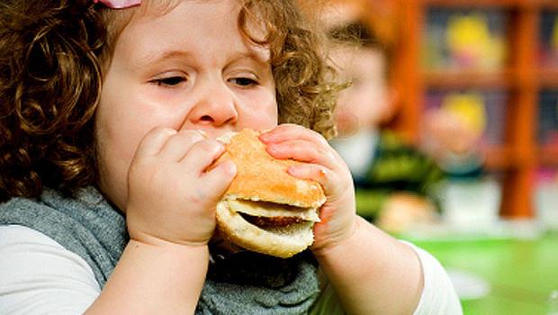 tjock flicka äter hamburgare